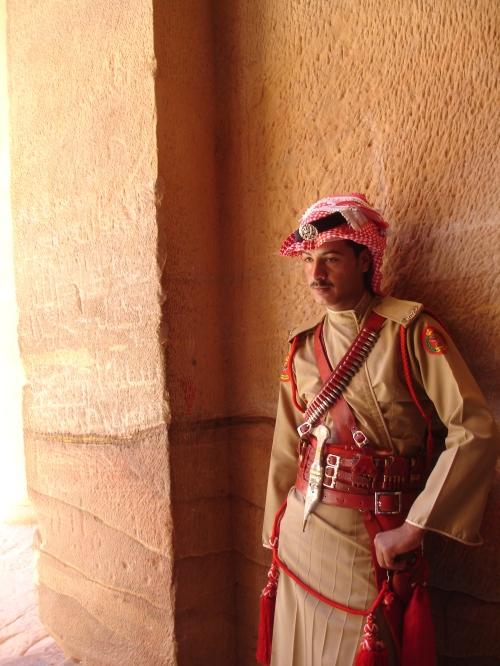 Más que guardar el tesoro, el curro de este hombre es estar ahi para la foto. Aqui, en el único segundo de su jornada en que no tenia una turista colgada de su chepa.