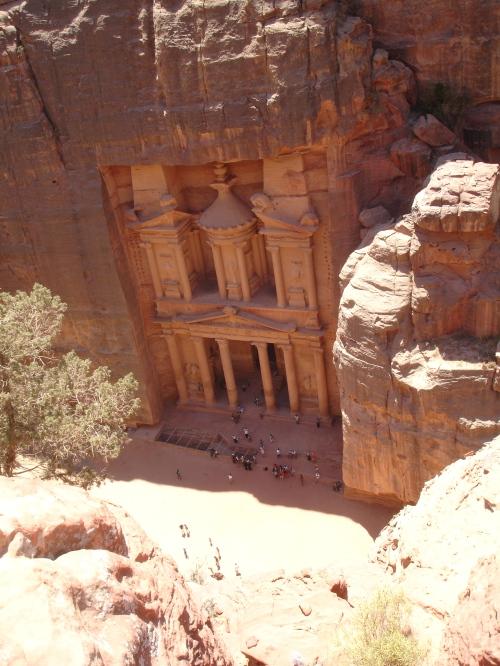 esta vista del Tesoro desde 300 metros, como un halcón posado en la roca, como un beduino...