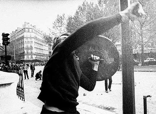 manifestante_tira_piedras_policia_mayo_1968_paris